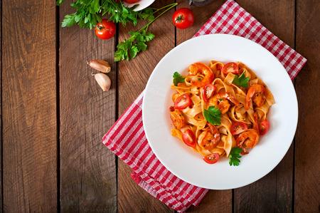Fettuccine Pasta mit Garnelen Tomaten und Kräutern Lizenzfreie Bilder