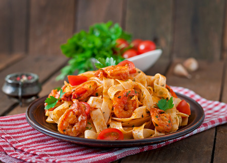 Pastas del Fettuccine con tomates camarones y hierbas Foto de archivo - 40762768