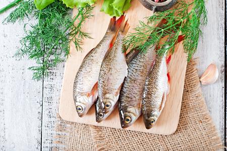 preparaba: Preparado para fre�r pescado cucaracha en el fondo de madera.
