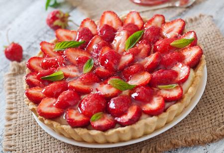 frutilla: Tarta con fresas y crema batida decorado con hojas de menta