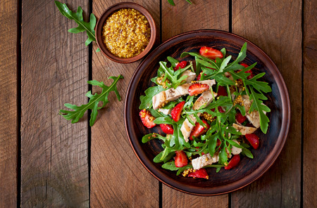 Chicken salad with arugula and strawberries Imagens