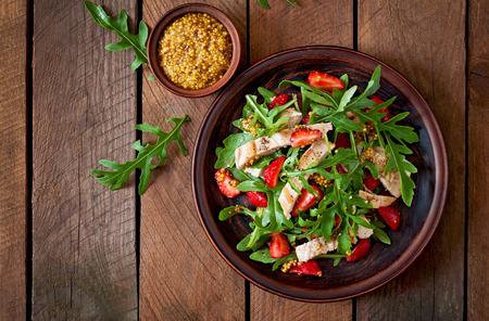 Chicken salad with arugula and strawberries Archivio Fotografico