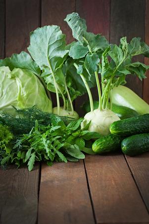 verduras verdes: Vegetales verdes �tiles sobre un fondo de madera Foto de archivo