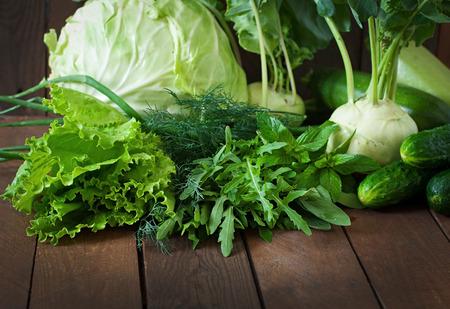 Vegetales verdes útiles sobre un fondo de madera Foto de archivo - 42724918