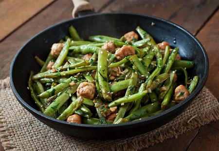 Grüne Bohnen mit Huhn Frikadellen und Knoblauch gebratene asiatische Art