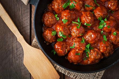 Fleischbällchen in süß-saurer Tomatensauce Standard-Bild
