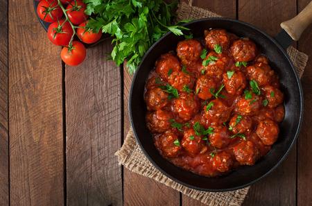 salsa de tomate: Alb�ndigas en salsa de tomate dulce y amargo Foto de archivo