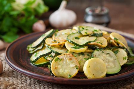 calabacin: Ensalada templada con calabacín jóvenes con ajo y hierbas Foto de archivo