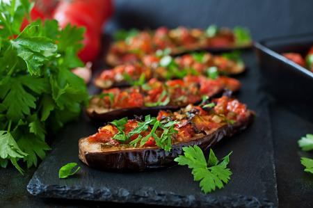 Gebackene Auberginen mit Tomaten, Knoblauch und Paprika