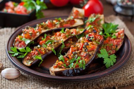 Pieczone bakłażany z pomidorami, czosnkiem i papryką