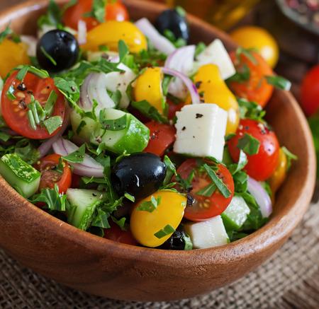 ensalada verde: Ensalada griega con verduras frescas, queso feta y aceitunas negras Foto de archivo