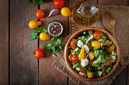 l�gumes vert: Salade grecque avec des l�gumes frais, fromage feta et olives noires