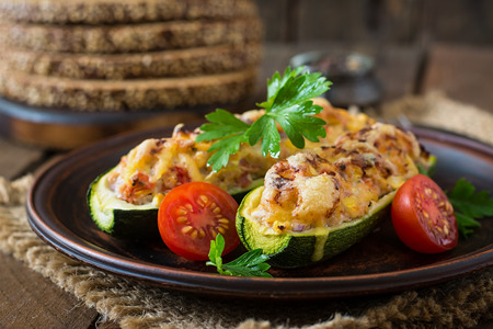 Stuffed zucchini with chicken, tomatoes and onion with cheese crust Imagens