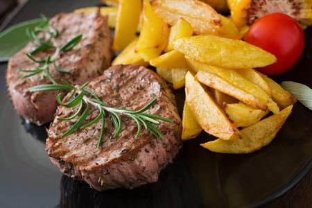 柔らかくてジューシーな仔牛のステーキ ミディアムレアとフライド ポテト 写真素材