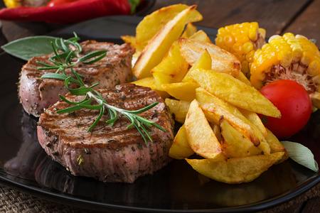 Tendre et juteux steak de veau saignant avec des frites Banque d'images - 43870547
