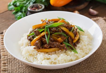 ejotes: Revuelva fre�r la carne de vacuno con pimientos, jud�as verdes y arroz
