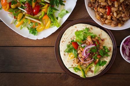 Mexican Tacos mit Fleisch, Bohnen und Salsa