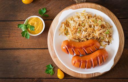 saucisse: Saucisses et le chou frit. Vue de dessus