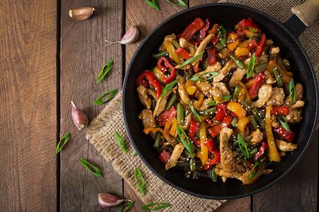Rühren braten Huhn, Paprika und grünen Bohnen. Aufsicht Lizenzfreie Bilder