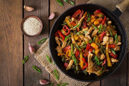 Rühren braten Huhn, Paprika und grünen Bohnen. Aufsicht Standard-Bild