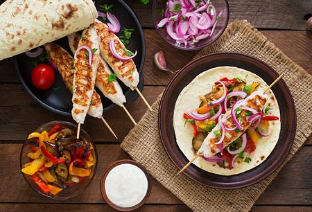pollo: Kebab de pollo con verduras a la parrilla. Vista superior