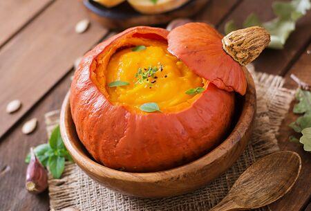dynia: Zupa krem z dyni z papryką i ziołami w dyni Zdjęcie Seryjne