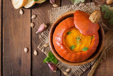 pumpkin: Sopa de la calabaza crema de pimientos y hierbas en una calabaza. Vista superior