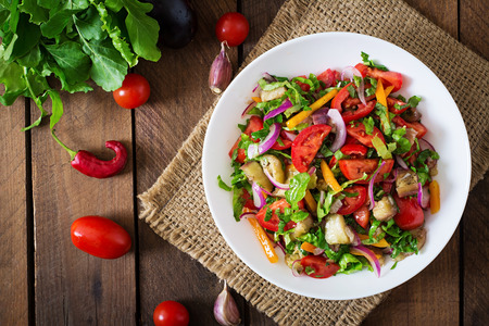 salad in plate: Ensalada de berenjena al horno y tomates frescos. Vista superior