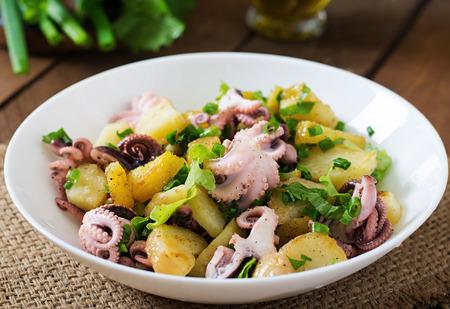 절인 문어와 녹색 양파와 감자 샐러드 스톡 콘텐츠