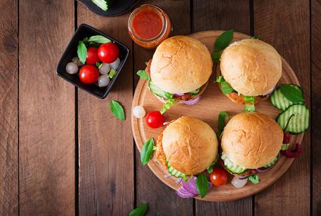 Sappige pittige kip hamburgers tot Aziatische stijl - sandwich. Bovenaanzicht