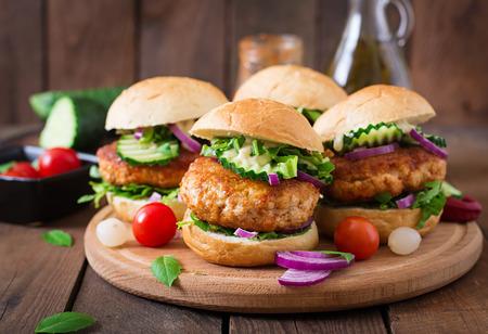 hamburguesa: Hamburguesas de pollo picantes jugosas a estilo asi�tico - s�ndwich Foto de archivo