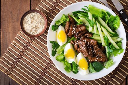 スパイシーな牛肉、きゅうり、アジアン スタイルで卵のサラダ。トップ ビュー