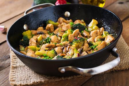 Roerbak kip met broccoli en paddestoelen - Chinees eten Stockfoto