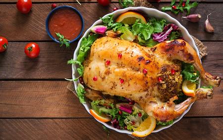 焼かれた鶏は、お祝いテーブルのクリスマスの夕食のご飯を詰め。平面図です。