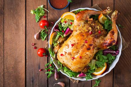 pollo rostizado: Pollo al horno rellenas de arroz para la cena de Navidad en una mesa de fiesta. Vista superior.