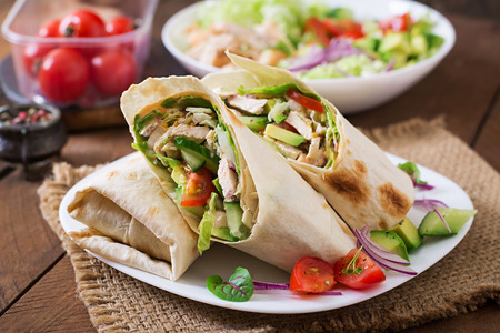 tortilla wrap: Fresh tortilla wraps with chicken and fresh vegetables on plate