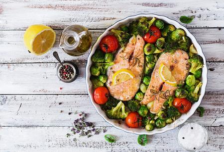 Pavé de saumon cuit au four avec des légumes. Cuisine diététique. vue d'en haut