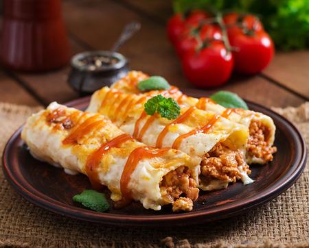 고기 cannelloni 소스 bechamel 스톡 콘텐츠