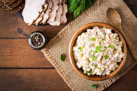 """Traditionelle russische Salat """"Olivier"""". Aufsicht"""