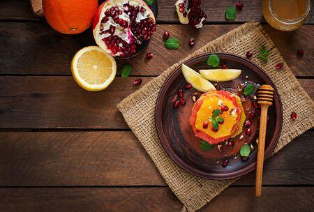pomelo: Ensalada de fruta con el pomelo y naranja, semillas de granada, miel y limón, adornado con la menta. Vista superior