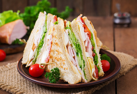 Club sandwich with cheese, cucumber, tomato, ham and eggs. 版權商用圖片 - 52913766