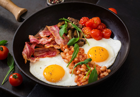 beans on toast: English breakfast - fried egg, beans, tomatoes, mushrooms, bacon and toast
