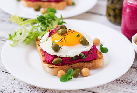 alcaparras: Diet sandwiches with beet root hummus, capers and egg