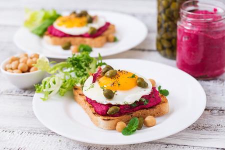 alcaparras: sándwiches dieta con hummus raíz de remolacha, las alcaparras y el huevo Foto de archivo