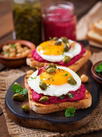 alcaparras: s�ndwiches dieta con hummus ra�z de remolacha, las alcaparras y el huevo Foto de archivo