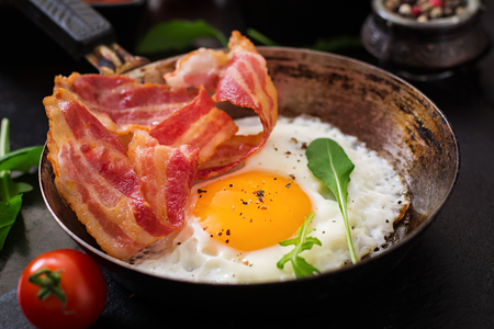 English breakfast - fried egg, beans, tomatoes, mushrooms, bacon and toast Imagens - 54281617