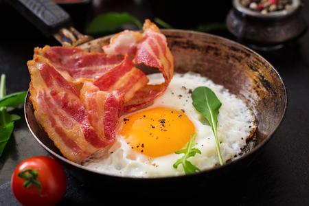 hongo: Inglés desayuno - huevo frito, frijoles, tomates, champiñones, tocino y tostadas Foto de archivo