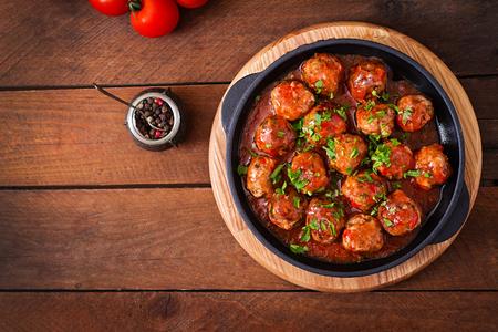 달 콤 하 고 신 맛있는 토마토 소스에 미트볼입니다. 평면도
