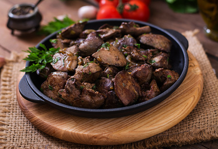 Fried chicken liver with onions and herbs 免版税图像