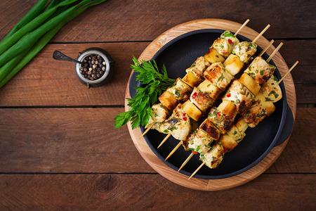 Chicken skewers with slices of apples and chili. Top view 版權商用圖片 - 57314213